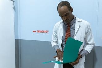 Casting homme infirmier et aide soignant pour être silhouette dans long métrage de André Téchiné