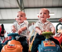 Casting frère jumeau entre 4 et 6 ans pour jouer dans série