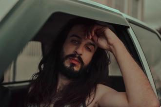 Casting modèle homme pour relooking capillaire et barbe dans vidéo beauté