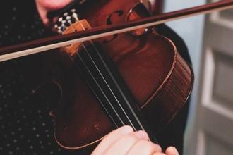Recherche musiciens avec leurs instruments pour tournage publicité