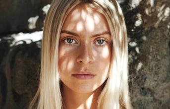 Recherche modèle blonde pour publicité cosmétique