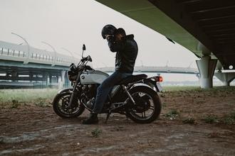 Casting homme 40 ans faisant de la moto pour être silhouette dans série