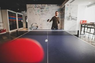 Recherche silhouette homme entre 35 et 50 ans jouant au ping-pong pour un long-métrage