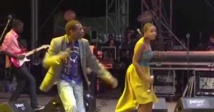 Licia Chery invited by Youssou Ndour - 7 seconds (Paléo 2014)